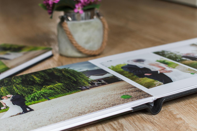 Die Hochzeitsbilder. Das Hochzeitsalbum. Das Elternalbum. Geben Sie Ihren Erinnerungen einen passenden Rahmen. Ein brillantes glänzendes Deckblatt aus Acryl und das Coverfoto auf Metallic Papier machen aus diesem Album einen Blickfang. Gemacht für glänzende Erinnerungen.